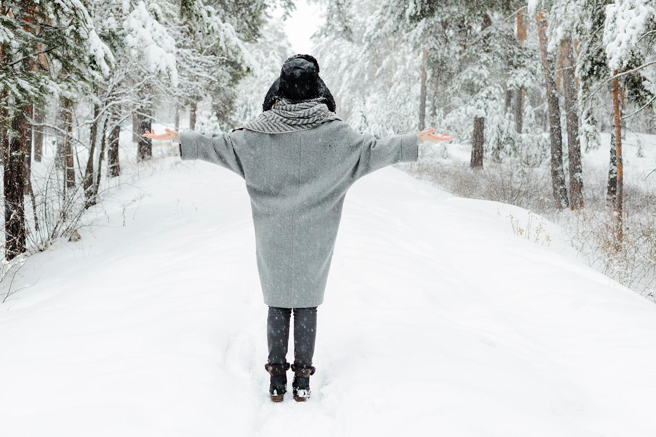 dívka ve flaušovém kabátě